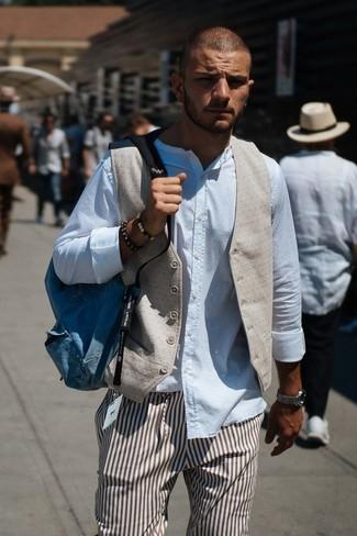 Wie kombinieren: hellbeige Weste, weißes Langarmhemd, braune vertikal gestreifte Anzughose, blauer Segeltuch Rucksack