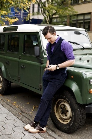Überzug kombinieren: trends 2020: Entscheiden Sie sich für einen Überzug und eine dunkelblaue Anzughose aus Cord für einen stilvollen, eleganten Look. Hellbeige Leder Oxford Schuhe bringen Eleganz zu einem ansonsten schlichten Look.