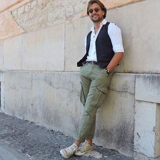 40 Jährige: Dunkelblaue Weste kombinieren – 37 Herren Outfits: Kombinieren Sie eine dunkelblaue Weste mit einer olivgrünen Cargohose, um einen eleganten, aber nicht zu festlichen Look zu kreieren. Fühlen Sie sich ideenreich? Entscheiden Sie sich für olivgrünen Segeltuch niedrige Sneakers.