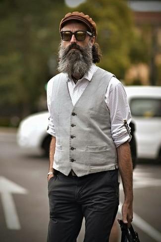 Wie kombinieren: graue Weste, weißes gepunktetes Langarmhemd, dunkelgraue Chinohose, braune Schiebermütze