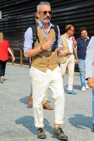 50 Jährige: Hellblaues vertikal gestreiftes Langarmhemd kombinieren – 16 Herren Outfits: Entscheiden Sie sich für ein hellblaues vertikal gestreiftes Langarmhemd und eine weiße Chinohose für ein großartiges Wochenend-Outfit. Setzen Sie bei den Schuhen auf die klassische Variante mit olivgrünen Segeltuch Derby Schuhen.