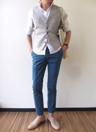 Hellbeige Wildleder Slipper kombinieren: trends 2020: Kombinieren Sie eine graue Weste mit einer blauen Chinohose, um vor Klasse und Perfektion zu strotzen. Dieses Outfit passt hervorragend zusammen mit hellbeige Wildleder Slippern.