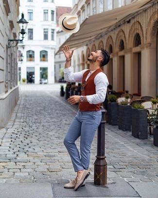 Dunkelblaue Sonnenbrille kombinieren – 753+ Herren Outfits: Paaren Sie eine rotbraune Weste mit einer dunkelblauen Sonnenbrille für ein großartiges Wochenend-Outfit. Fühlen Sie sich ideenreich? Entscheiden Sie sich für hellbeige Wildleder Slipper.