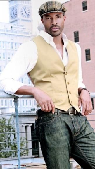 Wie kombinieren: beige Weste, weißes Langarmhemd, olivgrüne Jeans, braune Schiebermütze mit Schottenmuster