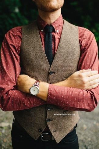 Wie kombinieren: braune Wollweste mit Fischgrätenmuster, rotes bedrucktes Langarmhemd, schwarze Jeans, schwarze Wollkrawatte