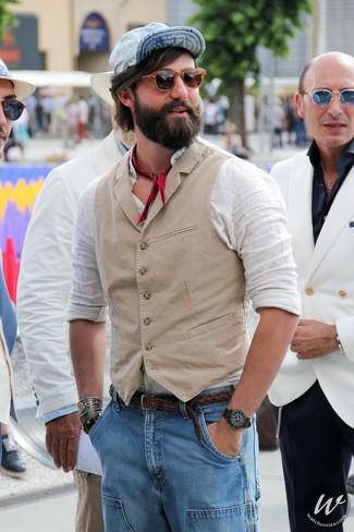 Wie kombinieren: hellbeige Weste, weißes Leinen Langarmhemd, hellblaue Jeans, hellblaue Baseballkappe
