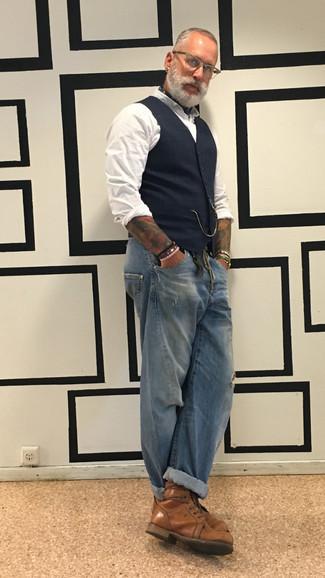 Weißes Langarmhemd kombinieren: Vereinigen Sie ein weißes Langarmhemd mit blauen Jeans mit Destroyed-Effekten für einen entspannten Wochenend-Look. Putzen Sie Ihr Outfit mit einer braunen Lederfreizeitstiefeln.