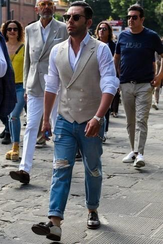 Hellbeige Weste kombinieren: trends 2020: Die modische Kombination aus einer hellbeige Weste und blauen Jeans mit Destroyed-Effekten ist perfekt für einen Tag im Büro. Fühlen Sie sich ideenreich? Ergänzen Sie Ihr Outfit mit dunkelbraunen Leder Slippern mit Quasten.