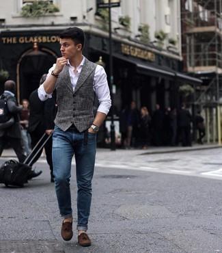 Dunkelbraunen geflochtenen Ledergürtel kombinieren – 500+ Herren Outfits: Kombinieren Sie eine graue Weste mit Hahnentritt-Muster mit einem dunkelbraunen geflochtenen Ledergürtel, um einen lockeren, aber dennoch stylischen Look zu erhalten. Ergänzen Sie Ihr Outfit mit dunkelbraunen Wildleder Slippern mit Quasten, um Ihr Modebewusstsein zu zeigen.