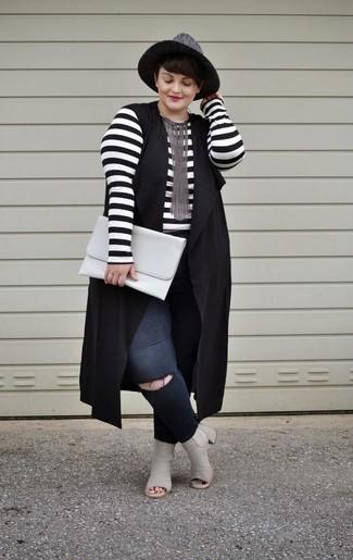Wie kombinieren: schwarze Weste, weißes und schwarzes horizontal gestreiftes Langarmshirt, schwarze enge Jeans mit Destroyed-Effekten, graue Leder Stiefeletten mit Ausschnitten