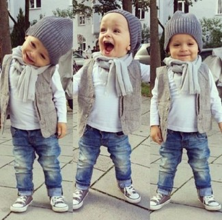 Wie kombinieren: graue Weste, weißes Langarmshirt, blaue Jeans, graue Turnschuhe