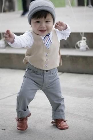 Wie kombinieren: hellbeige Weste, weißes Langarmshirt, graue Jeans, braune Oxford Schuhe