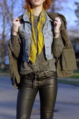 Grauen Pullover mit einem Rundhalsausschnitt kombinieren – 499 Damen Outfits: Diese Kombination aus einem grauen Pullover mit einem Rundhalsausschnitt und schwarzen engen Jeans aus Leder schafft die optimale Balance zwischen einem Tomboy-Look und zeitgenössische Charme.
