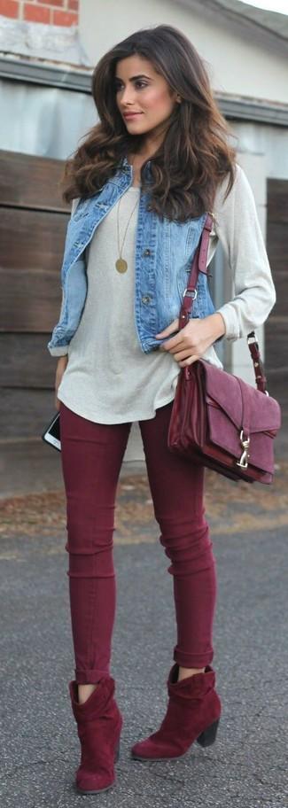 Wie kombinieren: blaue Jeansweste, grauer Oversize Pullover, dunkelrote enge Jeans, dunkelrote Wildleder Stiefeletten
