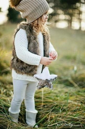 Wie kombinieren: braune Pelzweste, weißer Pullover, weiße Leggings, graue Stiefel