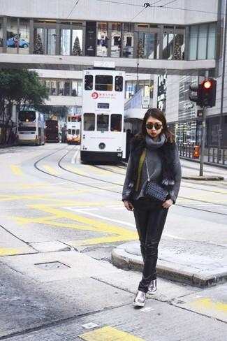 Dunkelgrauen Pullover mit einer weiten Rollkragen kombinieren – 24 Damen Outfits warm Wetter: Möchten Sie einen stylischen Alltags-Look kreieren, ist diese Paarung aus einem dunkelgrauen Pullover mit einer weiten Rollkragen und schwarzen engen Jeans aus Leder ganz perfekt. Suchen Sie nach leichtem Schuhwerk? Vervollständigen Sie Ihr Outfit mit silbernen Slip-On Sneakers aus Leder für den Tag.
