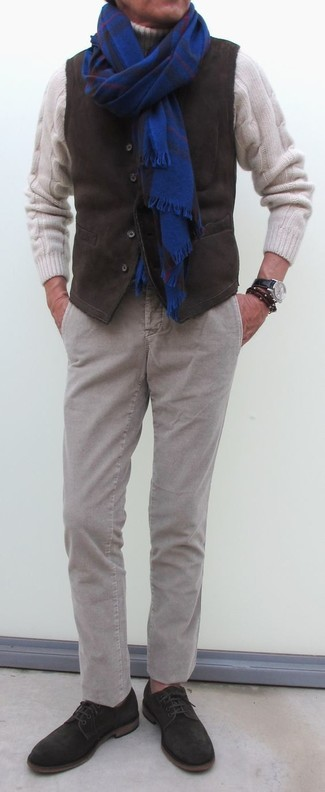 Wie kombinieren: dunkelbraune Kordweste, weißer Strick Wollrollkragenpullover, graue Kord Chinohose, dunkelbraune Wildleder Derby Schuhe