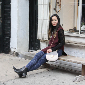 Rote Weste kombinieren – 6 Damen Outfits: Möchten Sie ein legeres Outfit schaffen, ist die Kombi aus einer roten Weste und einer blauen bedruckten enger Hose ganz super. Ergänzen Sie Ihr Look mit schwarzen Leder Stiefeletten.