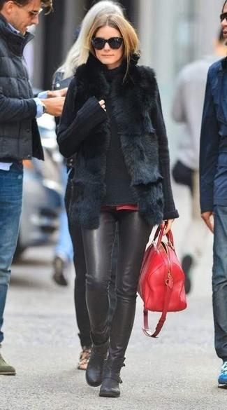 Wie kombinieren: schwarze Pelzweste, schwarzer Strick Rollkragenpullover, schwarze enge Hose aus Leder, schwarze Leder Stiefeletten