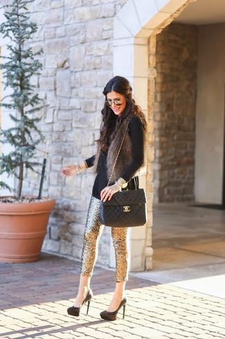 Wie kombinieren: dunkelgraue Pelzweste, schwarzer Rollkragenpullover, goldene enge Hose aus Paillette, schwarze Wildleder Pumps