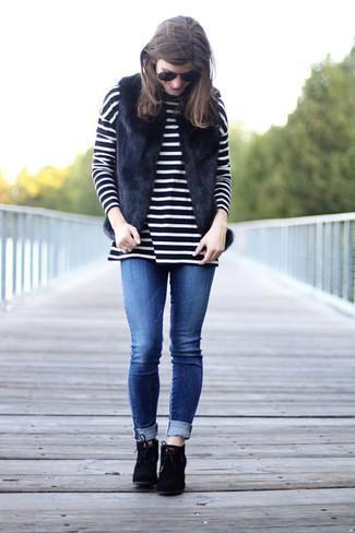 Damen Outfits & Modetrends 2020: Um ein harmonisches Freizeit-Outfit zu kreieren, sind eine schwarze Pelzweste und blaue enge Jeans ganz wunderbar geeignet. Fühlen Sie sich mutig? Vervollständigen Sie Ihr Outfit mit schwarzen Schnürstiefeletten aus Wildleder.