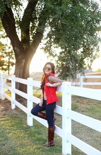 Rote Weste kombinieren – 6 Damen Outfits: Mit dieser Paarung aus einer roten Weste und dunkelblauen engen Jeans werden Sie die ideale Balance zwischen einfachem Trend-Look und modischem Charme erreichen. Ergänzen Sie Ihr Outfit mit dunkelbraunen kniehohe Stiefeln aus Leder, um Ihr Modebewusstsein zu zeigen.