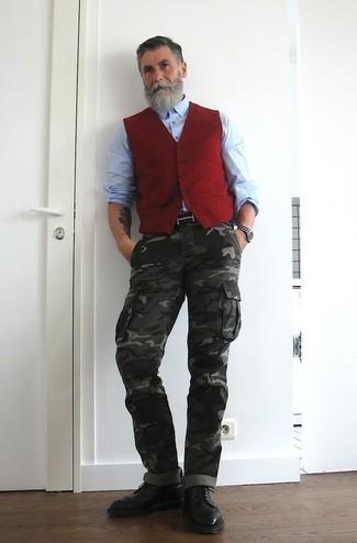 Wie kombinieren: rote Weste, hellblaues Langarmhemd, dunkelgraue Camouflage Cargohose, schwarze Brogue Stiefel aus Leder