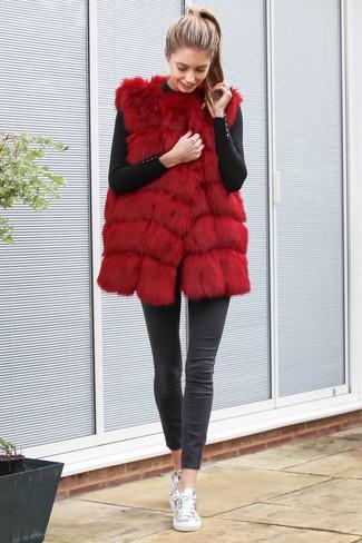 Rote Weste kombinieren – 6 Damen Outfits: Kombinieren Sie eine rote Weste mit dunkelgrauen engen Jeans, umein aufregenden Freizeit-Outfit zu erreichen, der in der Garderobe der Frau nicht fehlen darf. Silberne Leder niedrige Sneakers sind eine perfekte Wahl, um dieses Outfit zu vervollständigen.