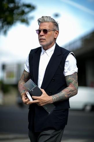 Wie kombinieren: schwarze Weste, weißes Kurzarmhemd, dunkelgraue Anzughose, violette Sonnenbrille