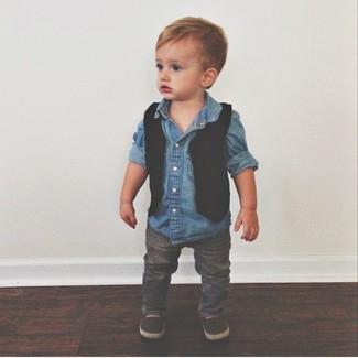 Wie kombinieren: schwarze Weste, blaues Jeanslangarmhemd, graue Jeans, dunkelbraune Slipper