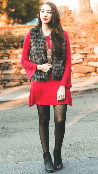 Wie kombinieren: schwarze Pelzweste, rotes Sweatkleid, schwarze Leder Stiefeletten, schwarze gepunktete Strumpfhose