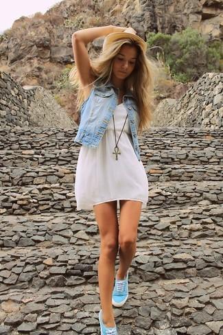 0054f922bfa2 Wie kombinieren  hellblaue Jeansweste, weißes Skaterkleid, türkise niedrige  Sneakers, beige Strohhut