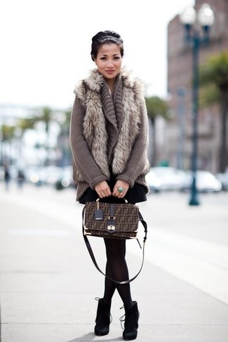 Entscheiden Sie sich für Komfort in einer grauen strick strickjacke mit einer offenen front von DKNY und einem schwarzen skaterrock. Setzen Sie bei den Schuhen auf die klassische Variante mit schwarzen wildleder stiefeletten.