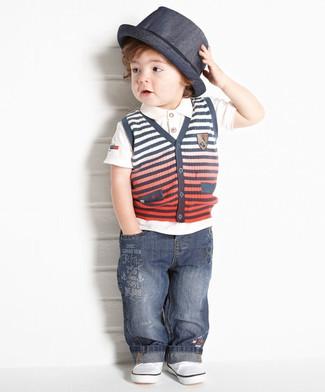Wie kombinieren: graue Strick Weste, weißes T-shirt, dunkelblaue Jeans, weiße Turnschuhe