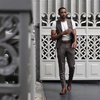 Weißes T-Shirt mit einem Rundhalsausschnitt kombinieren – 53 Elegante Herren Outfits: Kombinieren Sie ein weißes T-Shirt mit einem Rundhalsausschnitt mit einer dunkelbraunen Anzughose für Ihren Bürojob. Komplettieren Sie Ihr Outfit mit braunen Leder Oxford Schuhen, um Ihr Modebewusstsein zu zeigen.