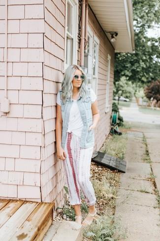 Graue Sonnenbrille kombinieren: trends 2020: Kombinieren Sie eine hellblaue Jeansweste mit einer grauen Sonnenbrille, um ein lässiges Outfit zu schaffen. Dieses Outfit passt hervorragend zusammen mit transparenten Gummi flachen Sandalen.