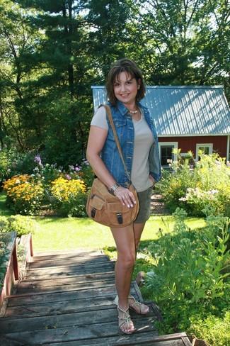 Wie kombinieren: blaue Jeansweste, hellbeige T-Shirt mit einem Rundhalsausschnitt, dunkelgrüne Shorts, hellbeige verzierte Leder Zehentrenner