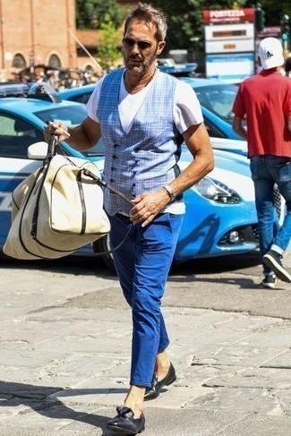 Hellblaue Weste kombinieren: trends 2020: Kombinieren Sie eine hellblaue Weste mit einer blauen Chinohose, um vor Klasse und Perfektion zu strotzen. Schwarze Leder Slipper mit Quasten sind eine gute Wahl, um dieses Outfit zu vervollständigen.