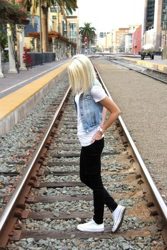 Wie kombinieren: hellblaue Jeansweste, weißes T-Shirt mit einem V-Ausschnitt, schwarze enge Jeans, weiße niedrige Sneakers