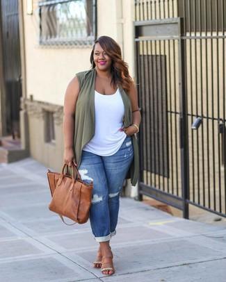 Beige Leder Sandaletten kombinieren – 1 Lässige Damen Outfits: Wenn Sie ein entspanntes Outfit schaffen müssen, bleiben eine olivgrüne Weste und blaue Boyfriend Jeans mit Destroyed-Effekten ein Klassiker. Beige Leder Sandaletten sind eine kluge Wahl, um dieses Outfit zu vervollständigen.