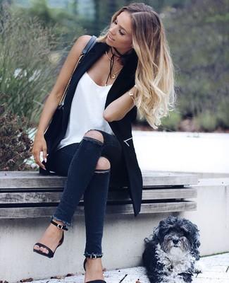 933fd6cc831d82 Wie kombinieren: schwarze Weste, weißes Seide Trägershirt, dunkelgraue enge  Jeans mit Destroyed-
