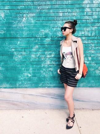 Wie kombinieren: hellbeige Lederweste, weißes bedrucktes Trägershirt, dunkelblaue horizontal gestreifte Shorts, schwarze Wildleder Ballerinas