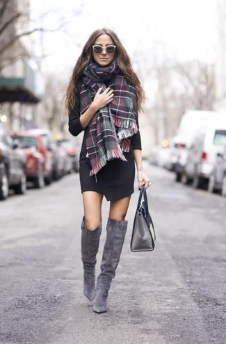 Wie kombinieren: schwarzes Wickelkleid, graue Overknee Stiefel aus Wildleder, graue Satchel-Tasche aus Leder, grüner und roter Schal mit Schottenmuster