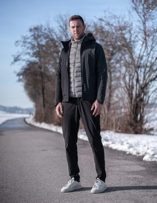 Herren Outfits 2020: Vereinigen Sie eine schwarze Windjacke mit einer schwarzen Chinohose, um mühelos alles zu meistern, was auch immer der Tag bringen mag. Weiße Segeltuch niedrige Sneakers sind eine kluge Wahl, um dieses Outfit zu vervollständigen.
