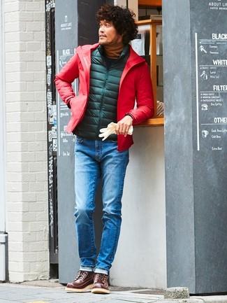 Wie kombinieren: rote Windjacke, dunkelgrüne gesteppte ärmellose Jacke, rotbrauner Rollkragenpullover, blaue Jeans