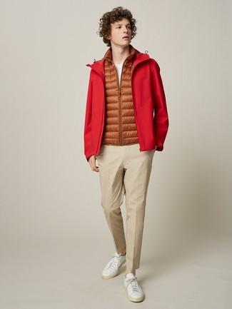 Wie kombinieren: rote Windjacke, orange ärmellose Jacke, weißes T-Shirt mit einem Rundhalsausschnitt, hellbeige Chinohose