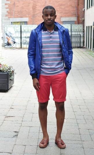 Wie kombinieren: blaue Windjacke, blaues horizontal gestreiftes Polohemd, fuchsia Shorts, braune Leder Slipper mit Quasten
