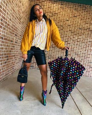 Wie kombinieren: senf Windjacke, gelbes vertikal gestreiftes Businesshemd, schwarze Radlerhose aus Leder, mehrfarbige Pailletten Stiefeletten