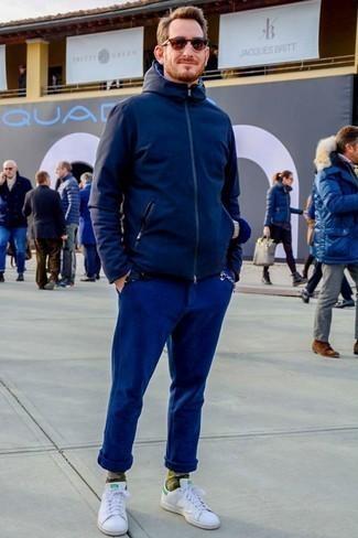 Dunkelblaue Chinohose kombinieren: trends 2020: Paaren Sie eine dunkelblaue Windjacke mit einer dunkelblauen Chinohose für ein sonntägliches Mittagessen mit Freunden. Weiße Leder niedrige Sneakers sind eine perfekte Wahl, um dieses Outfit zu vervollständigen.
