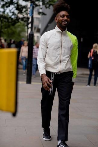 Schwarze Chinohose kombinieren – 500+ Herren Outfits: Entscheiden Sie sich für eine weiße bedruckte Windjacke und eine schwarze Chinohose für ein Alltagsoutfit, das Charakter und Persönlichkeit ausstrahlt. Schwarze und weiße Leder niedrige Sneakers sind eine ideale Wahl, um dieses Outfit zu vervollständigen.